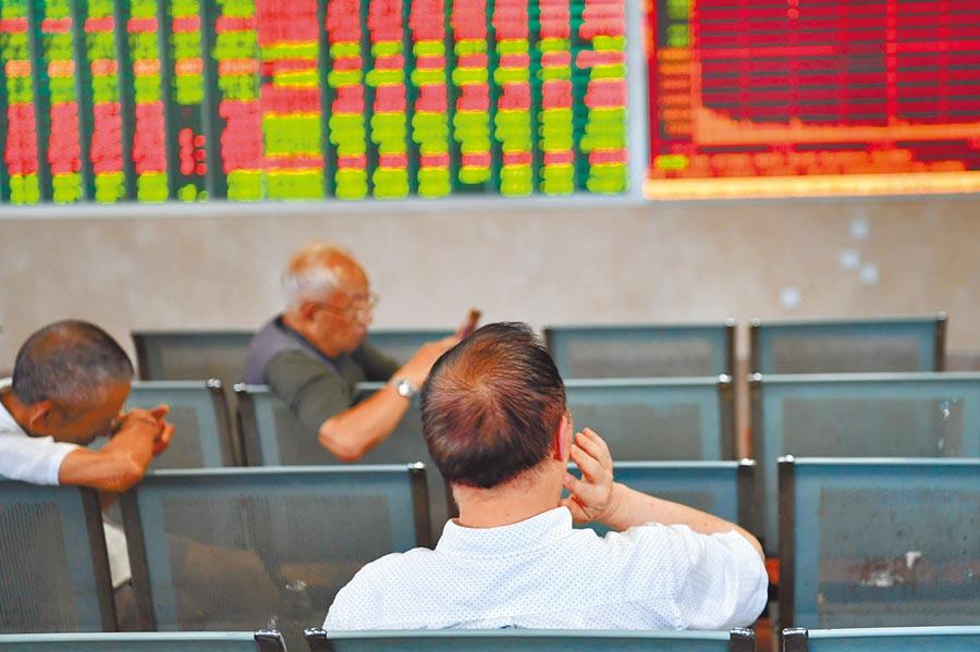 8月2日,A股重摔。圖為成都某證券營業部的股民關注大盤。(中新社)