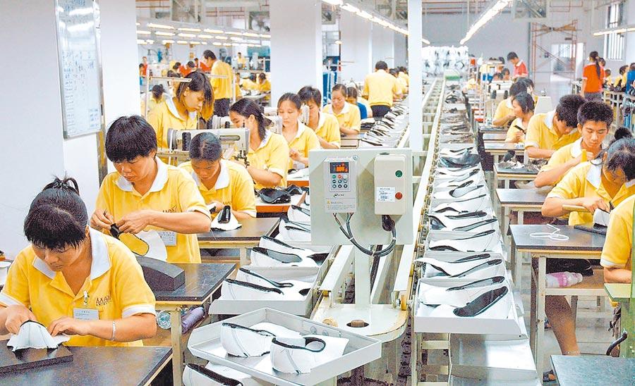 廣西一家台資企業的工人在生產線上工作。(新華社資料照片)