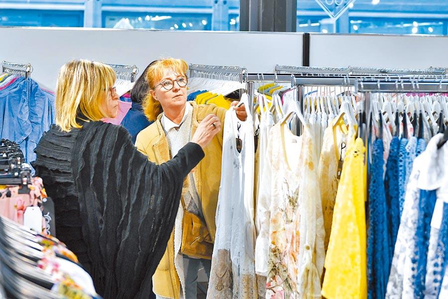 台商面臨關稅威脅,轉向積極爭取量小的歐洲訂單。圖為法國民眾在馬賽國際商貿城購物。(新華社資料照片)