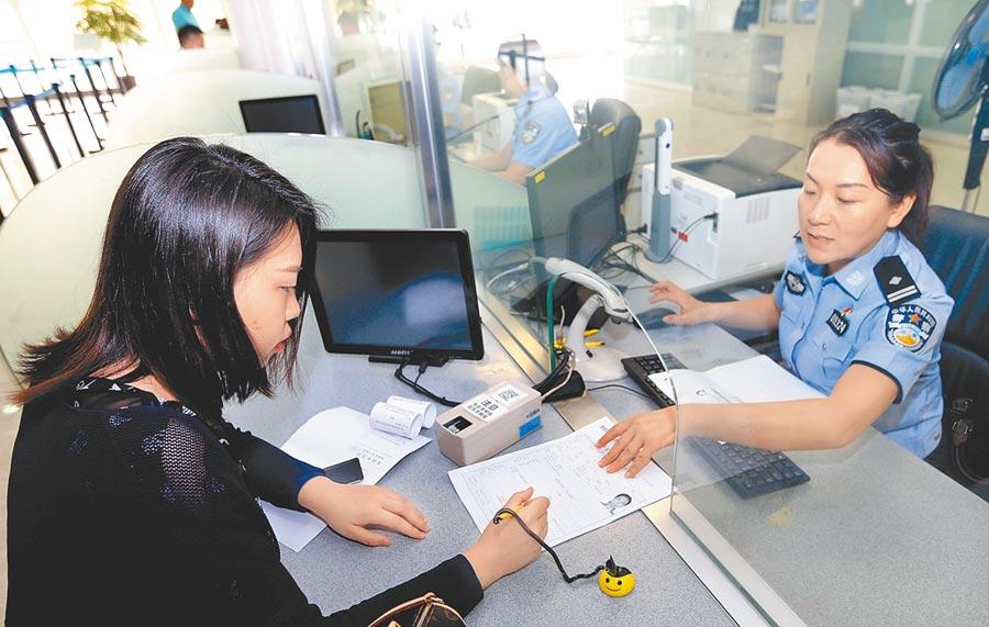 2018年5月31日,上海市民在上海市公安局出入境管理局的網約專窗辦理證件。 (新華社)