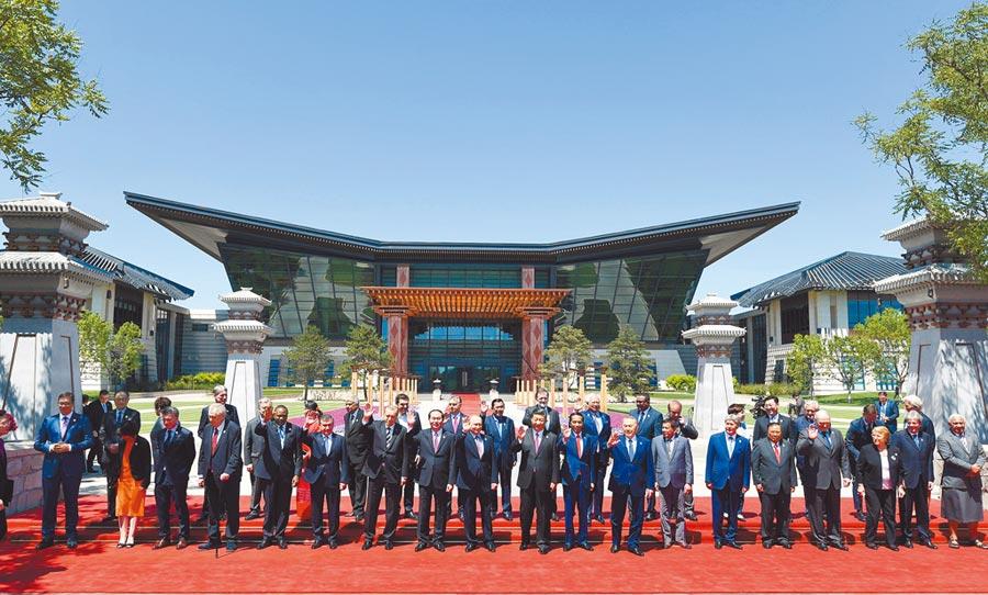 2017年5月15日,「一帶一路」高峰論壇在北京雁棲湖舉行,大陸國家主席習近平和與會各國領導人合影。(中新社)