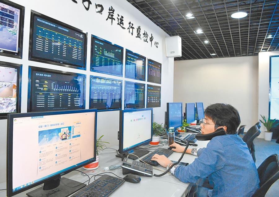 2018年11月20日,福建自貿區廈門片區國際貿易「單一窗口」工作人員在網上進行業務受理。(新華社)