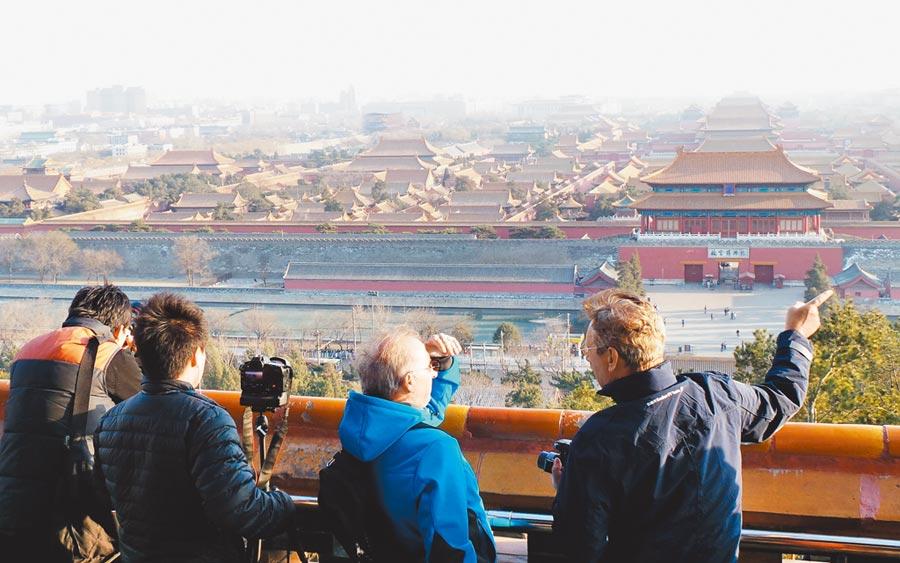 建設和管理好首都,是國家治理能力現代化的重要內容。圖為遊客從北京景山公園遠眺故宮博物院。(新華社)