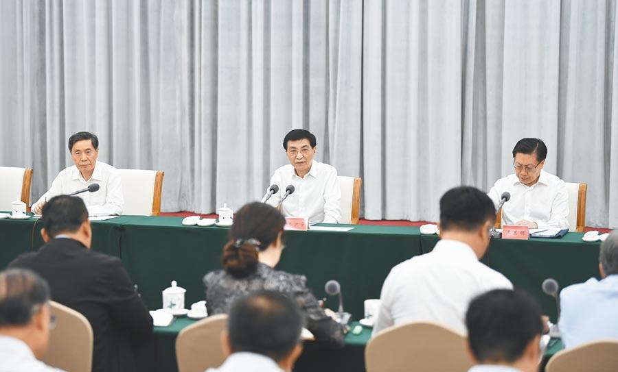 7月27日,中共中央政治局常委王滬寧(中),到中華全國總工會機關調研。(新華社)