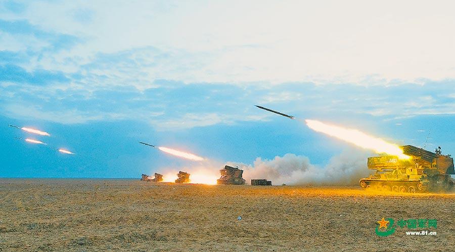 6月22日,解放軍第74集團軍某旅進行跨晝夜實彈射擊。(取自中國軍網)