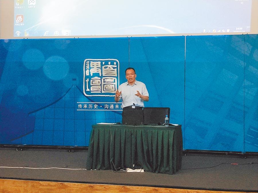 中共軍事科學院黨史軍史研究中心副研究員陳永紅,近日在北京一場講座分析美國的戰略空間拓展。(記者陳君碩攝)