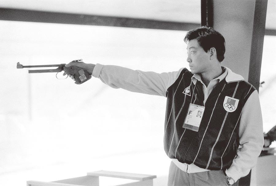 1984年7月29日,許海峰在第23屆洛杉磯奧運會男子自選手槍慢射比賽中榮獲冠軍。圖為許海峰在比賽中。(新華社)