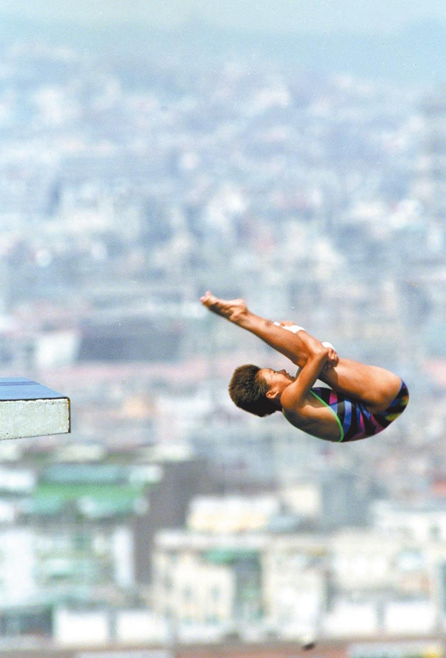 大陸跳水皇后伏明霞在巴塞隆納奧運會女子10米跳台跳水比賽中。(新華社)