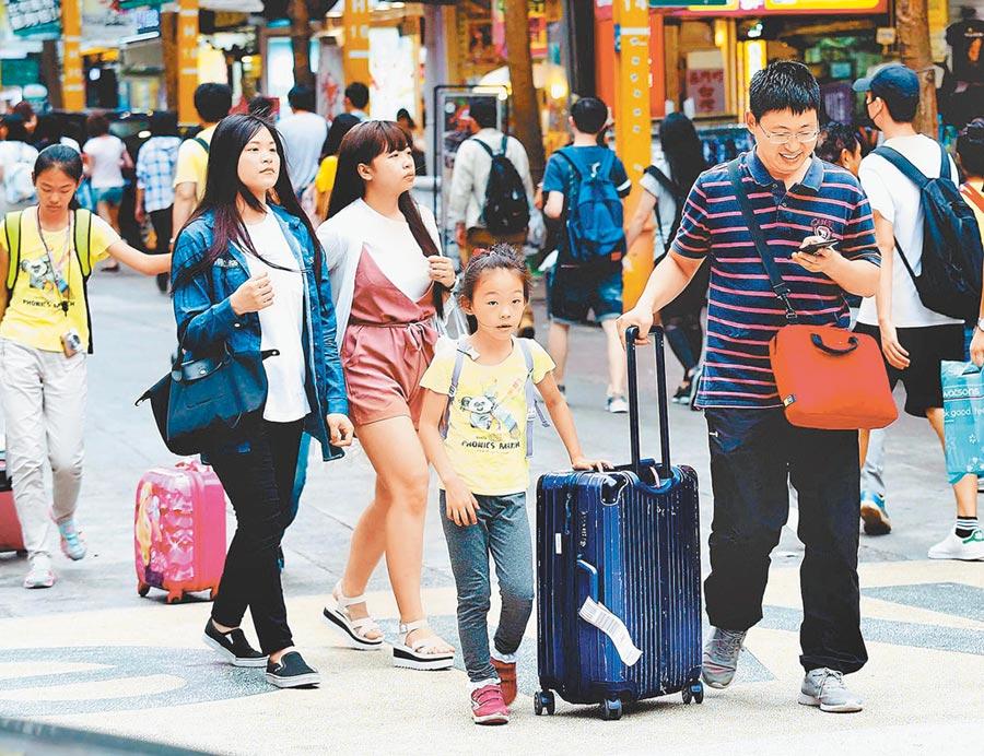 網傳「中國公告9月起撤離所有在台大陸居民」,陸生聯招會闢謠。圖為到西門町自由行的陸客。(本報資料照片)