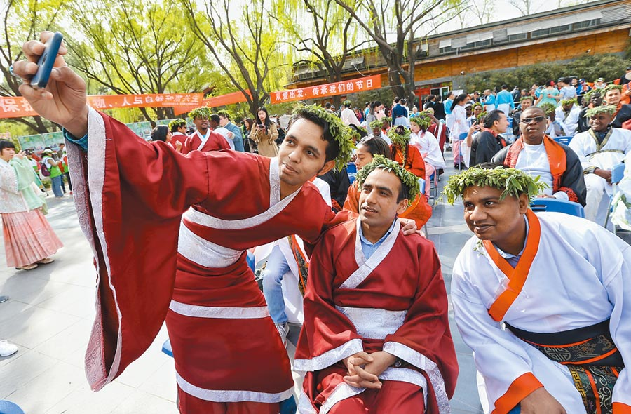 英國QS全球最佳留學城市,北京列32名。圖為外國遊客身著漢服參與北京柳文化節。(新華社資料照片)