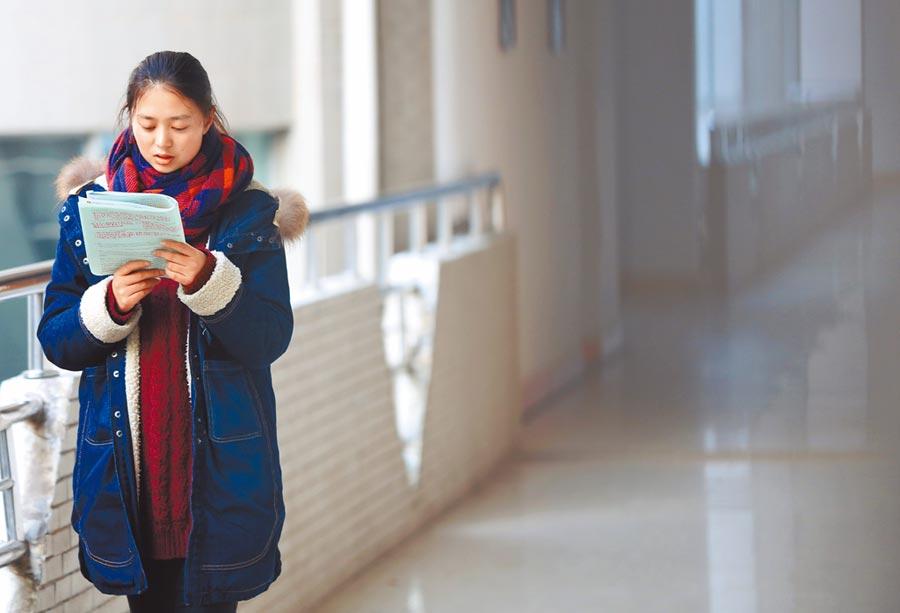 南華大學的考研學生在圖書館的走廊上復習。(新華社資料照片)