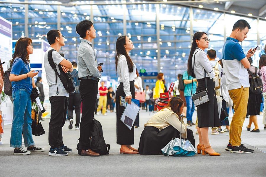 深圳國際人才交流會上,求職者等待諮詢面試。(新華社資料照片)