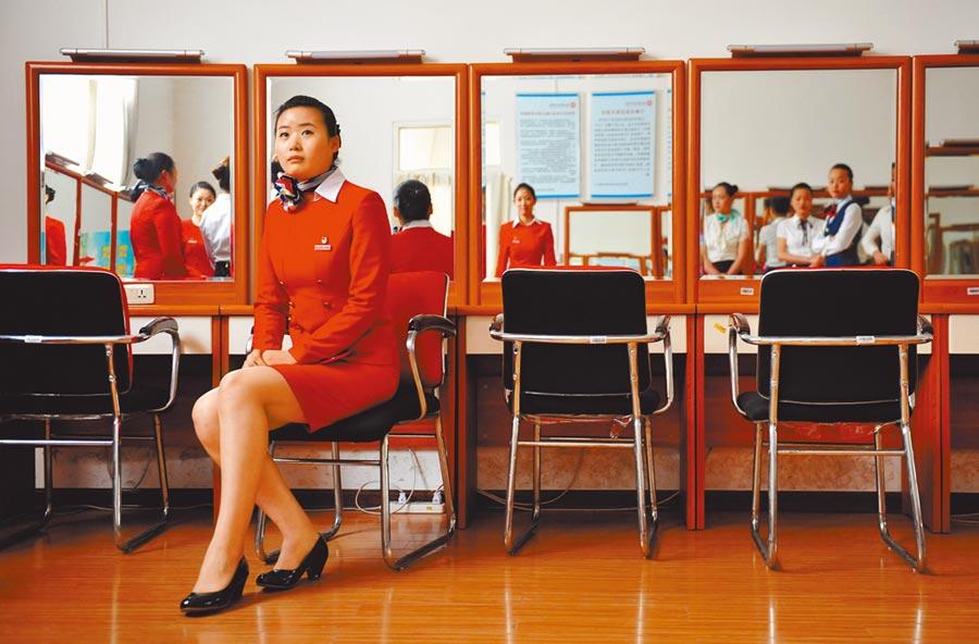 西安幾名參加空服員招聘的考生在休息室內等候面試。(新華社資料照片)
