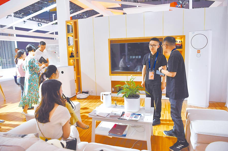 消費者在成都全球創新創業交易會上的小米展區,體驗智慧產品。(中新社資料照片)