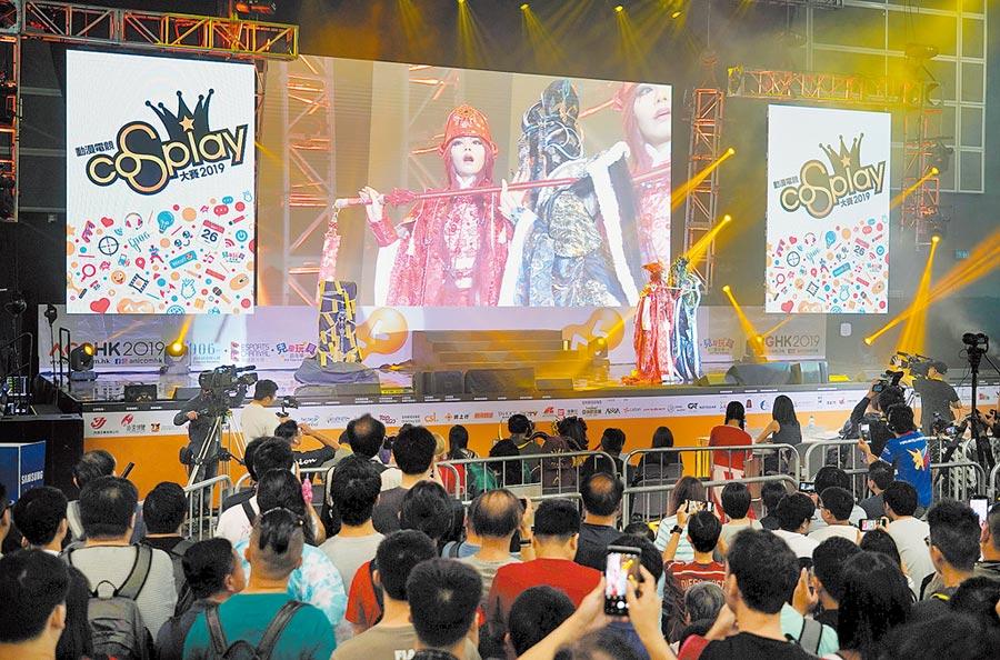 7月27日,第21屆香港動漫電玩節在香港會展中心舉行,圖為cosplay選手投入表演。(中新社)