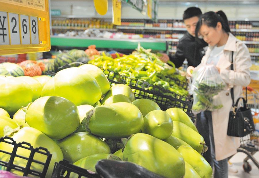 安徽多個城市的消費增速表現突出,圖為顧客在安徽一家超市選購蔬菜。(新華社)
