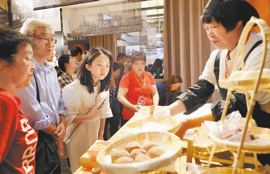 5月10日,在2019年中國品牌日活動上,觀眾觀看糕點製作。(新華社)