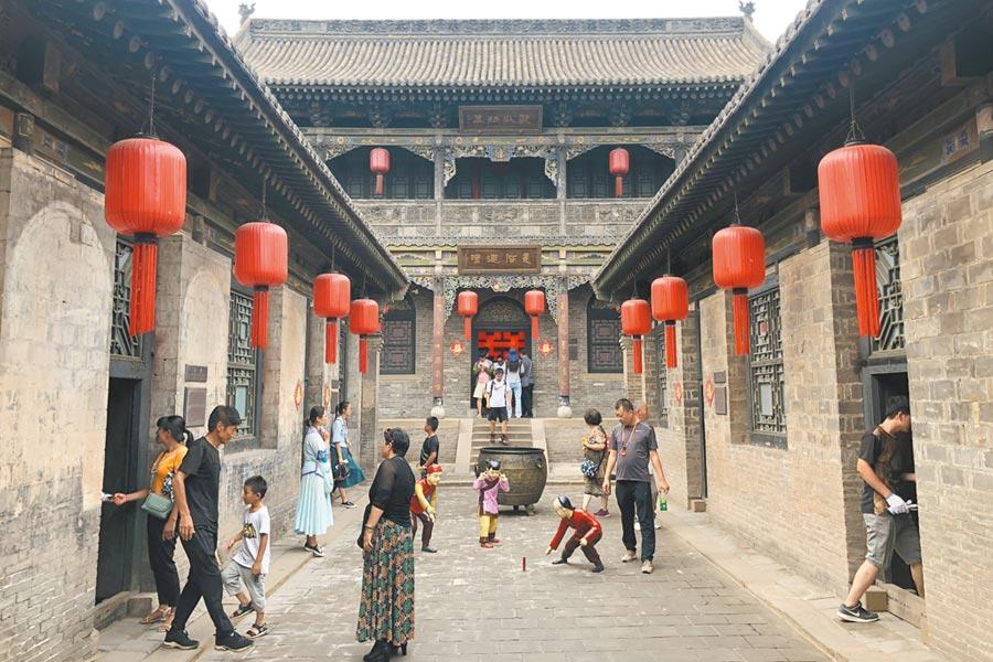 8月1日,山西省晉中市,遊客在祁縣喬家大院景區參觀旅遊。(中新社)
