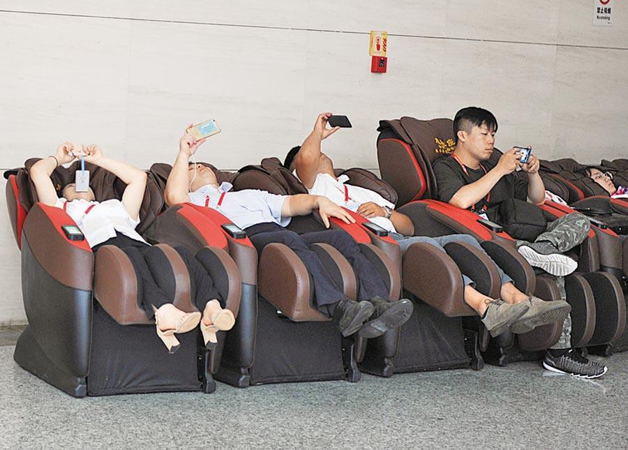 改變久坐、半躺等損傷肌筋膜的姿勢是預防本病的根本。(取自中新社)