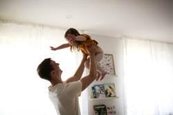 父抱女兒飛高高 她慘遭電扇削頭