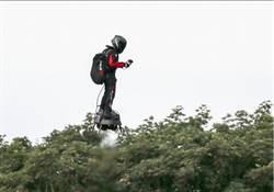 法國飛行滑板手薩巴塔 成功飛過英吉利海峽