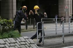 將軍澳遊行示威者向警署丟雞蛋 警方帶警犬驅離