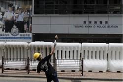 將軍澳遊行 示威者向警署擲硬物砸破玻璃窗