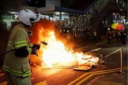 示威者焚燒雜物推車衝向警察 警斥嚴重威脅人身安全