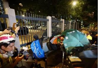 「武裝」升級 港遊行示威者用大型彈弓射磚入警署