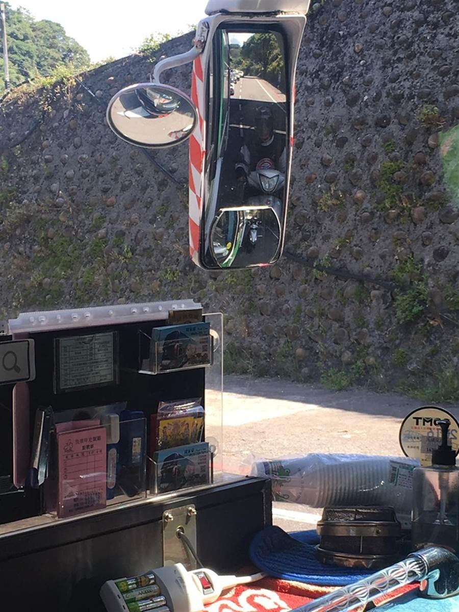 儘管一再宣導遠離大車,但還是有怕熱不怕死的機車騎士,喜愛貼著大車車身躲太陽 (圖/翻攝自爆廢公社公開版)