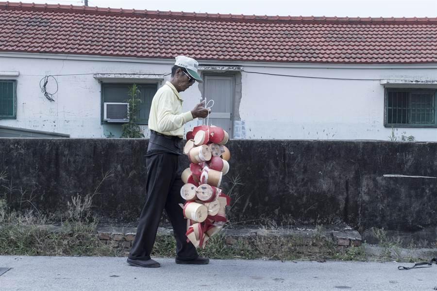 台南溪北地區農民拿著鴿笭準備施放。(李立中提供)