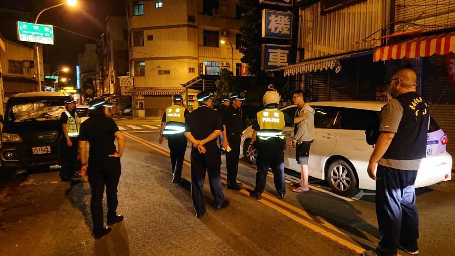 林男(灰衣者)因酒駕攔查不停,弄到大批警方街頭追逐,落網後一臉狼狽。(程炳璋攝)