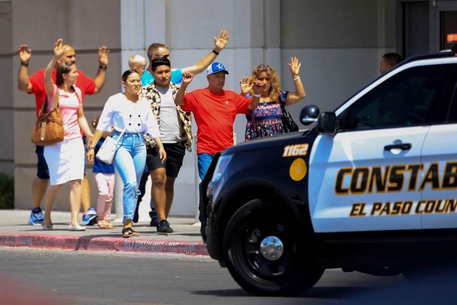 3日一名槍手持槍攻擊德州邊境大城艾爾帕索的沃爾瑪購物中心,至今造成20人死亡、26人受傷。(圖/路透社)