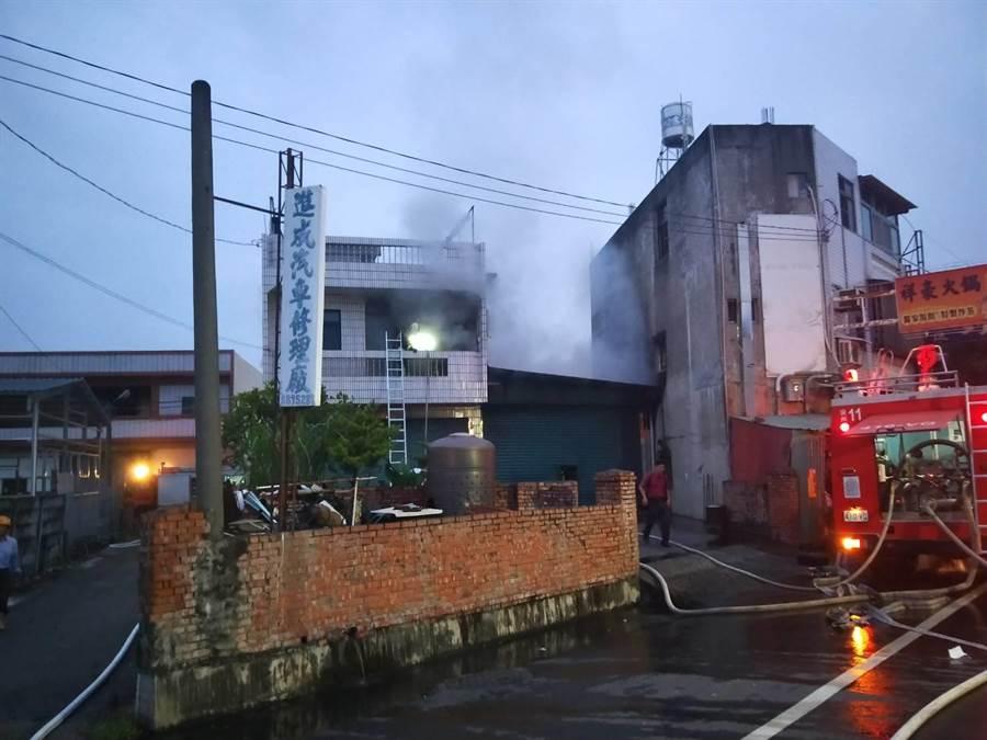 彰化縣溪州鄉一處透天厝住宅,4日凌晨近5時傳出火警。(謝瓊雲翻攝)