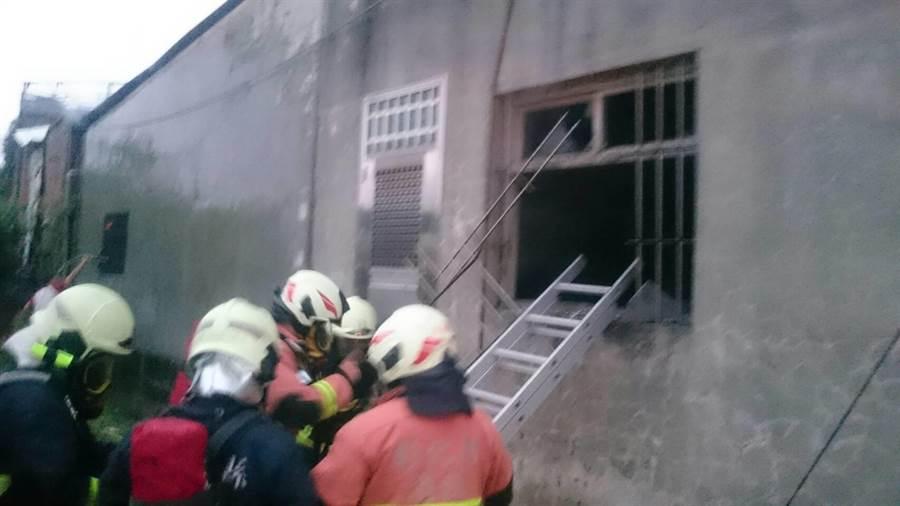 消防人員架鋁梯入內搜救。(謝瓊雲翻攝)