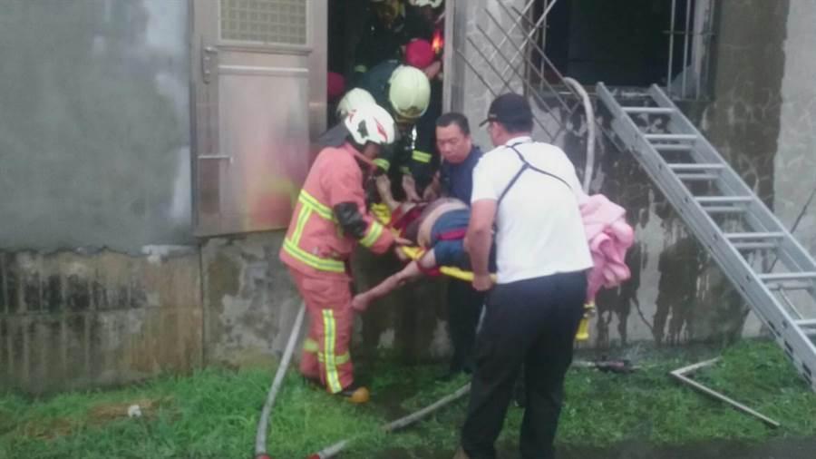 39歲蘇姓女屋主疑似吸入過多濃煙,被消防人員發現時,已遭嗆暈倒臥二樓浴室,意識不清送醫搶救。(謝瓊雲翻攝)