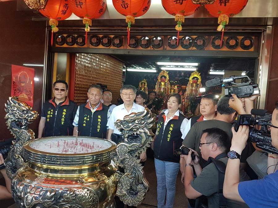 台北市長柯文哲今(4日)上午9時許前往板橋區天德宮參拜。(葉書宏攝)