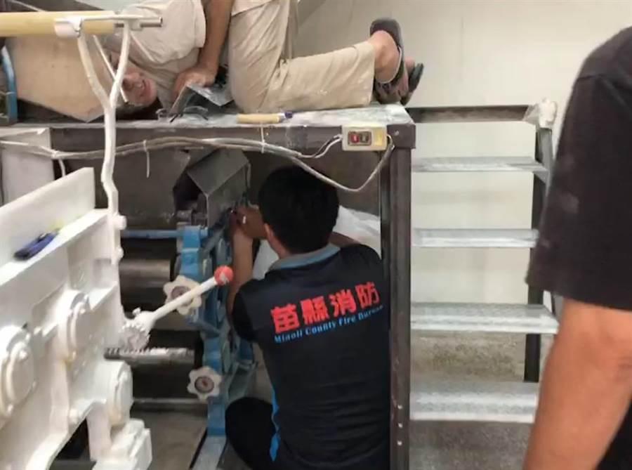 男子遭製麵機夾傷,趴在機器上直喊痛。(巫靜婷翻攝)