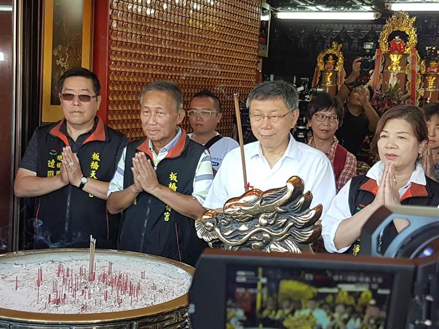 台北市長柯文哲(4日)上午9時許前往板橋區天德宮參拜,隨後與當地里長座談。(葉書宏攝)