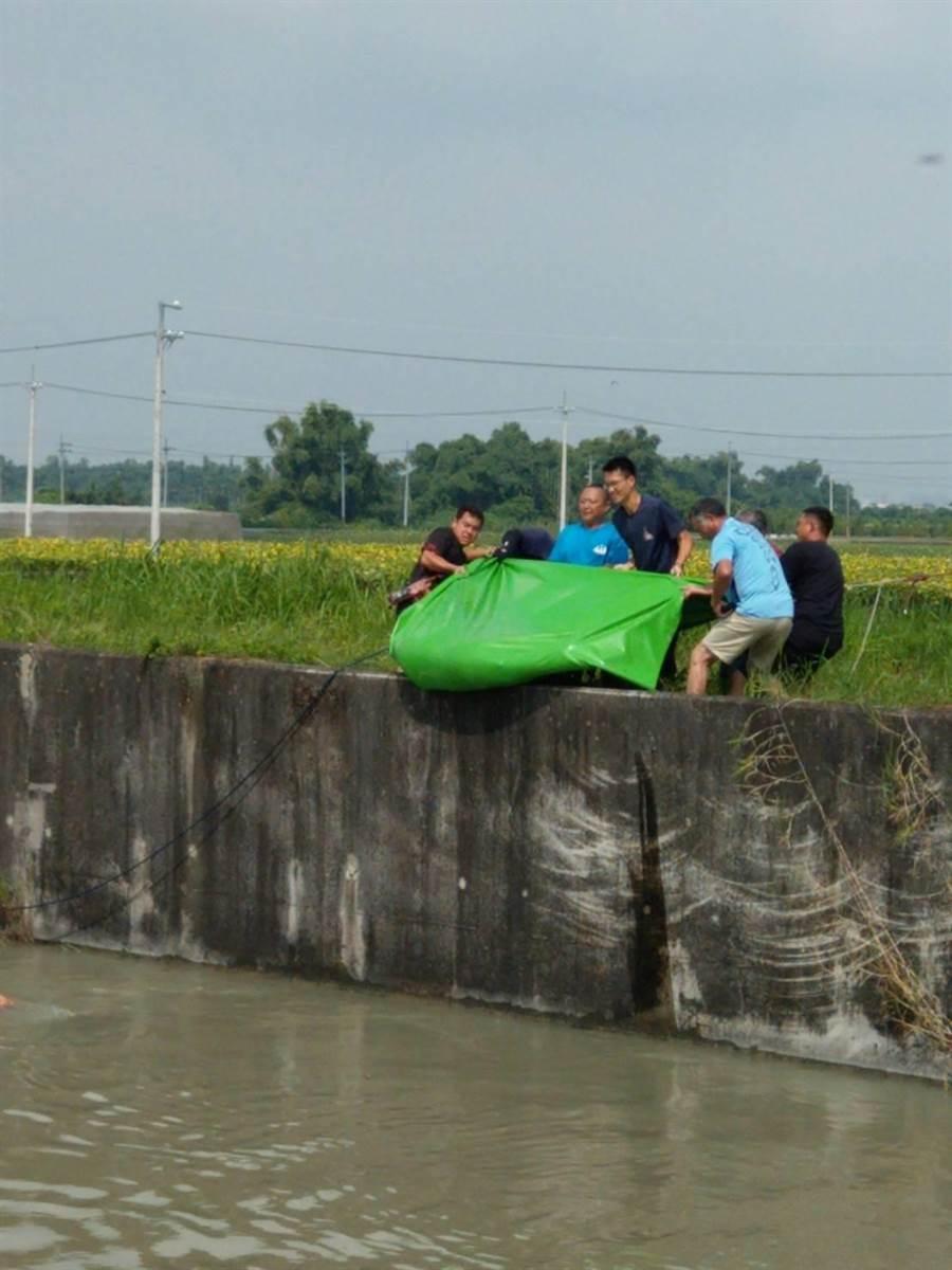 台南東山區嘉南大圳4日上午發現一具浮屍,消防隊員獲報前往打撈。(劉秀芬翻攝)
