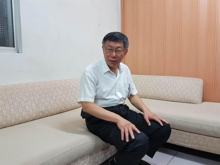 台北市長柯文哲今(4日)上午9時許前往板橋區天德宮參拜,隨後與當地里長座談。(葉書宏攝)