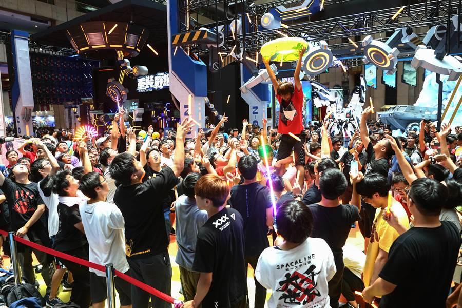 第20屆漫畫博覽會正逢暑期假日,4日展場中,吸引許多動漫迷與台上表演者互動。(鄧博仁攝)
