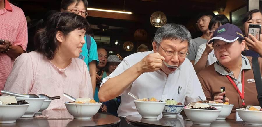 台北市長柯文哲赴大溪老街品嘗在地美食。(呂筱蟬攝)