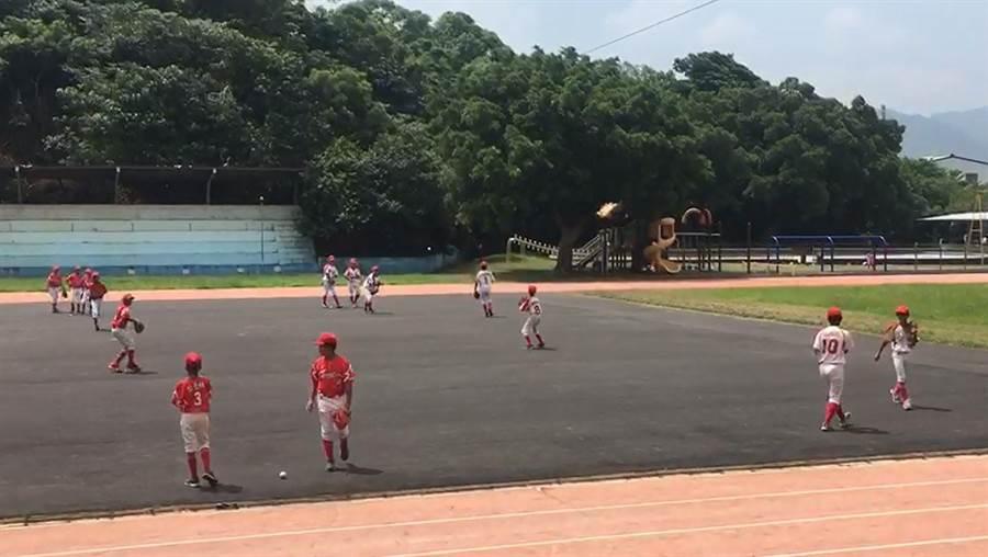 銅鑼國小棒球隊與文林國中學長姐一同集訓,增加整體對抗性。(巫靜婷攝)