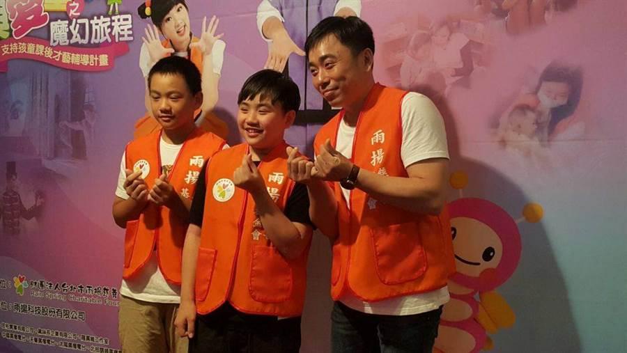 小彬彬(右起)與兒子小小彬、迷你彬開心合照。(圖/記者吳維書攝)
