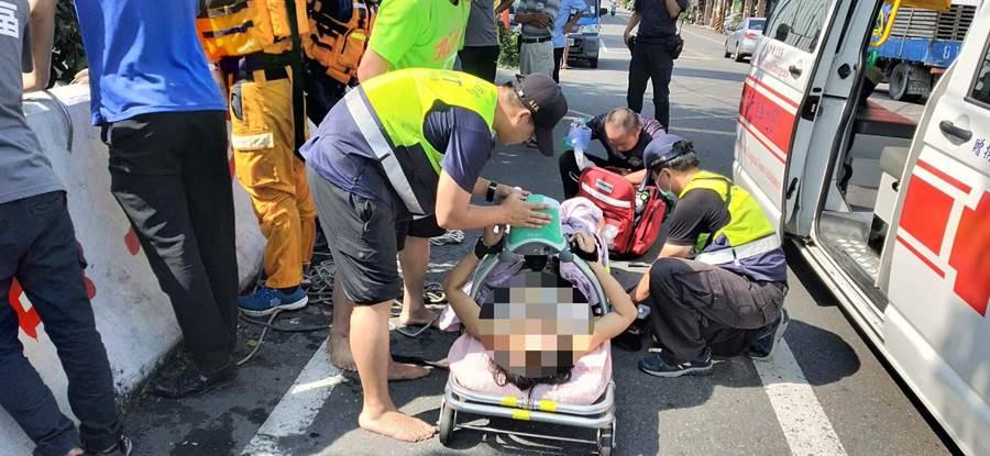 消防搜救人員緊急對落水女子進行CPR急救,但女子被打撈起時已無生命跡象,送醫仍告不治。(謝瓊雲翻攝)