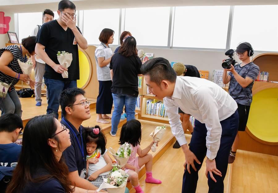 新竹市長林智堅(右二)4日與多名早療兒童家長進行「慢慢飛.我陪你」交流分享會,會中認真聆聽家長們的心聲及心路歷程。(莊旻靜攝)