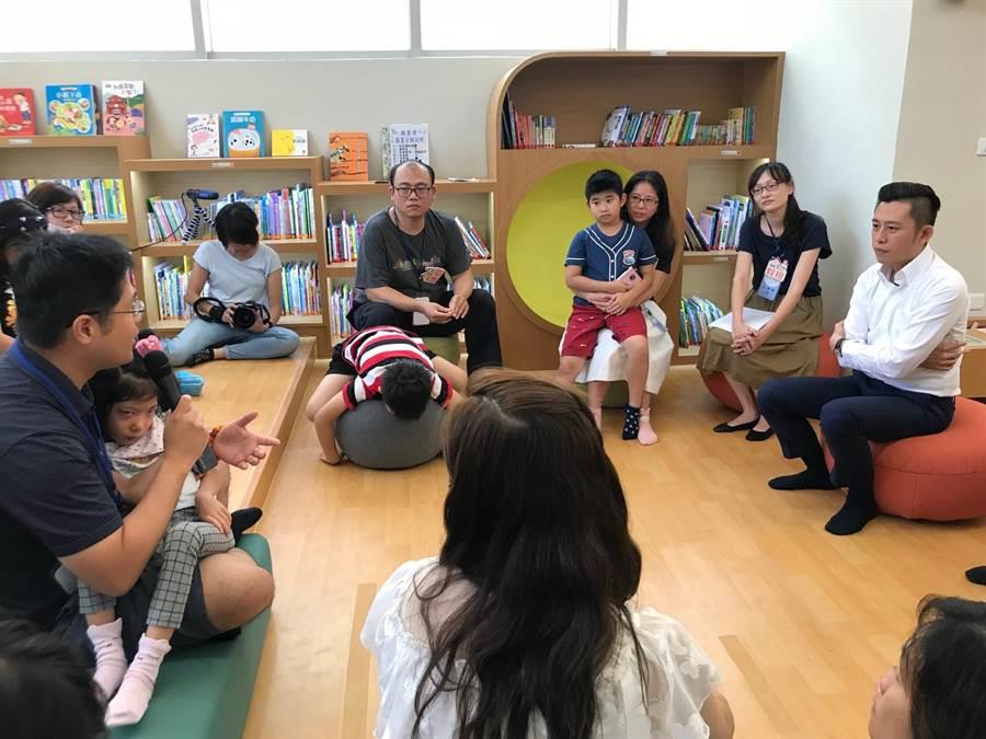 新竹市長林智堅(右一)4日與多名早療兒童家長進行「慢慢飛.我陪你」交流分享會,會中認真聆聽家長們的心聲及心路歷程。(莊旻靜攝)