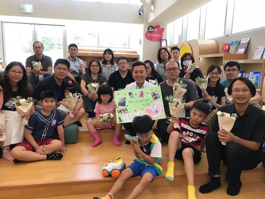 父親節前夕,已為人父的新竹市長林智堅(中白衣者),也收到一張特別的祝福卡片。(莊旻靜攝)