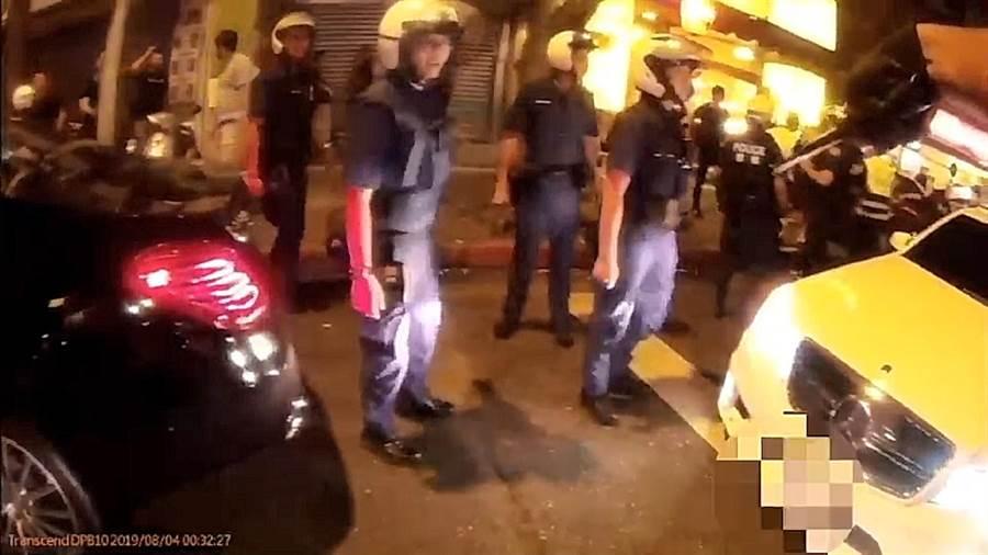 四海幫堂主綽號「小阿俊」的陳子俊,今天凌晨在台北市林森北路酒店外聚眾叫囂,欲找店家圍事幫派尋仇,警方獲報將眾人壓制逮回警局。(胡欣男翻攝)